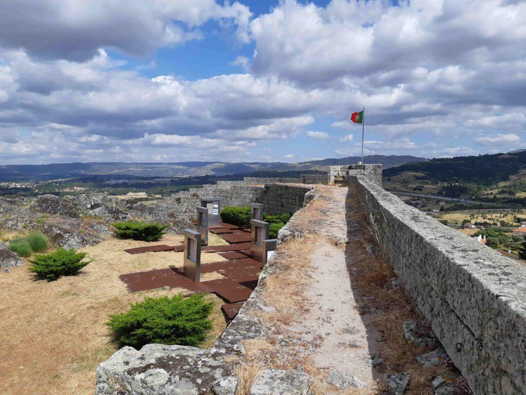 城壁とポルトガル国旗