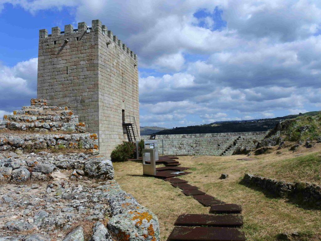 階段状の城壁と塔