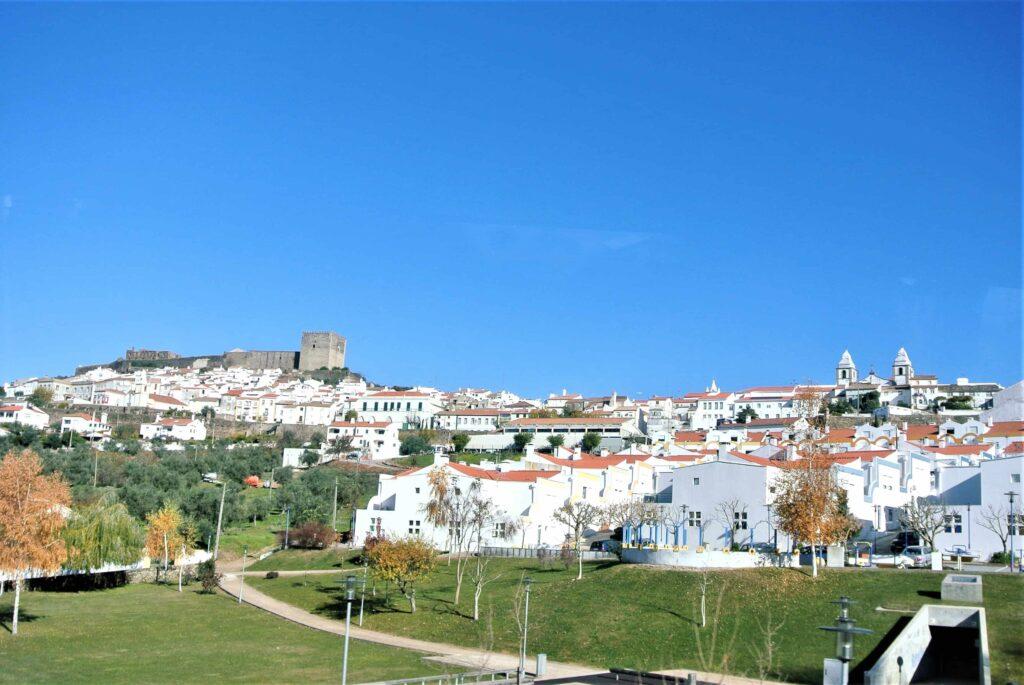 カステロデヴィデ全景 左の丘の上に城を望む