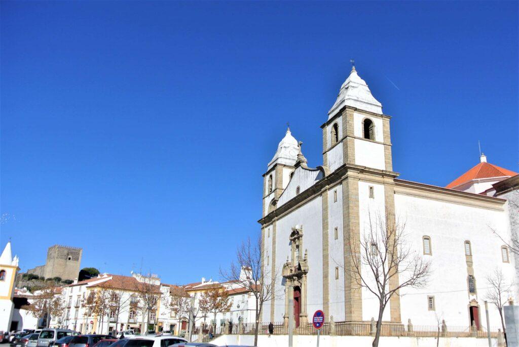 二つの鐘楼を持つサンタマリアダデベサ教会建物