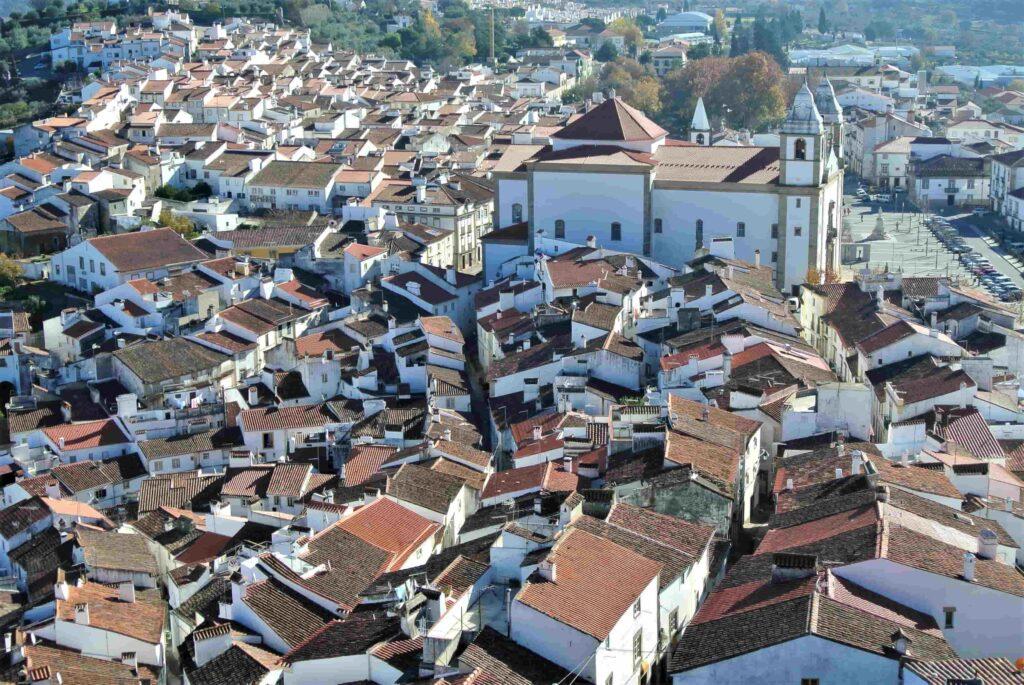 カステロ・デ・ヴィデ市街中心部に並ぶオレンジの屋根