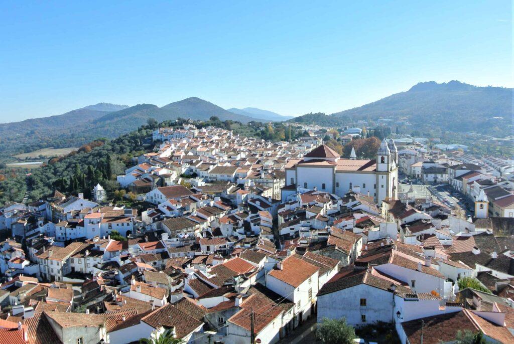 城から望むカステロ・デ・ヴィデ市街地 その先の山の上にマルヴァンの街を望む