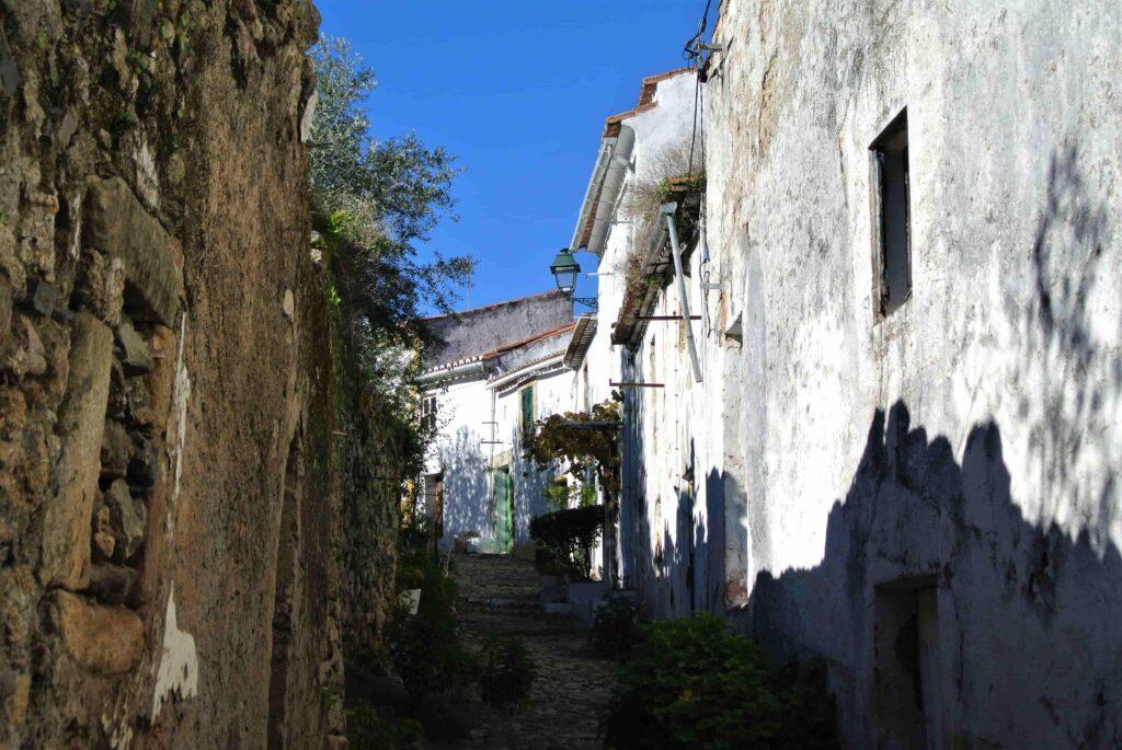 路地を挟んで城壁と住宅の建物