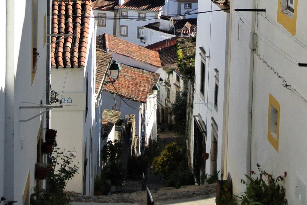 白壁の家に時囲まれた急傾斜のカステロ・デ・ヴィデの坂道