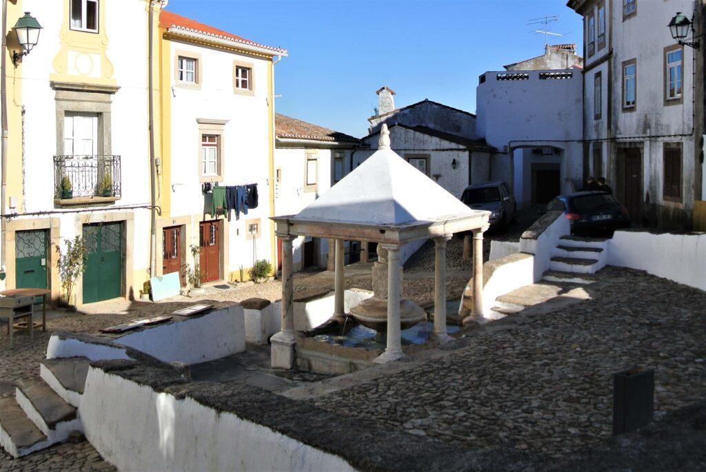 温泉が湧き出るカステロ・デ・ヴィデの屋根付き噴水