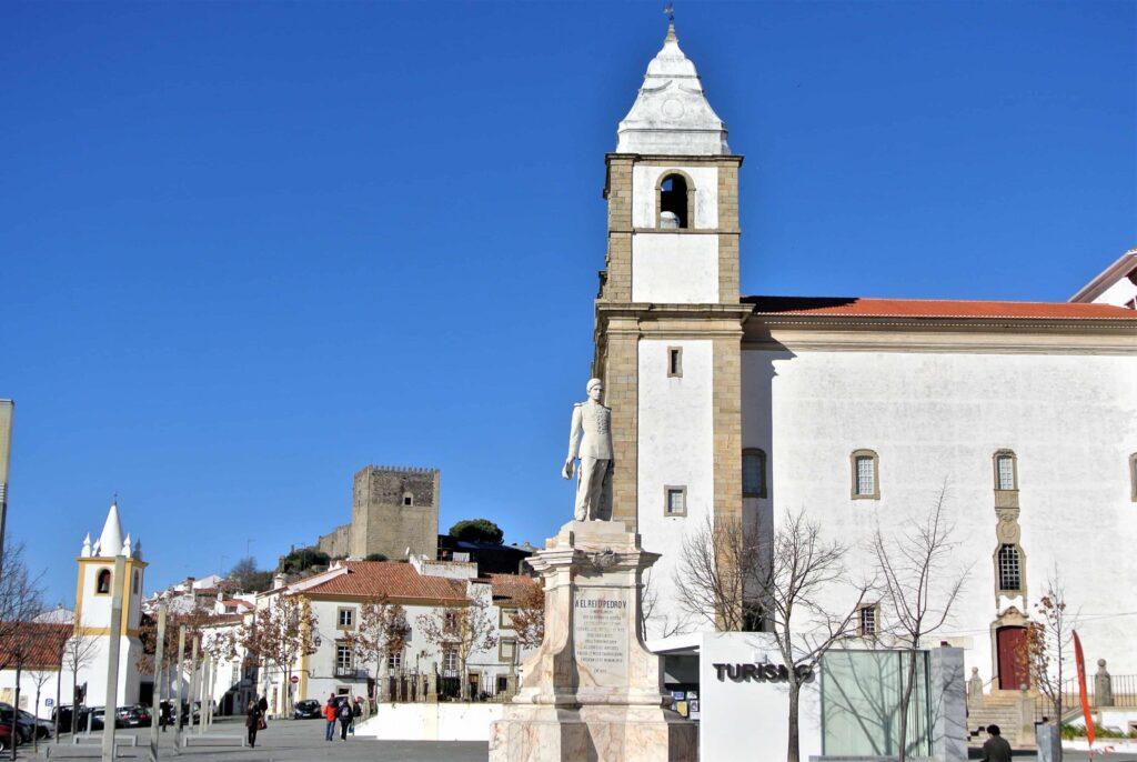 教会手前にカステロ・デ・ヴィデ観光案内所の建物