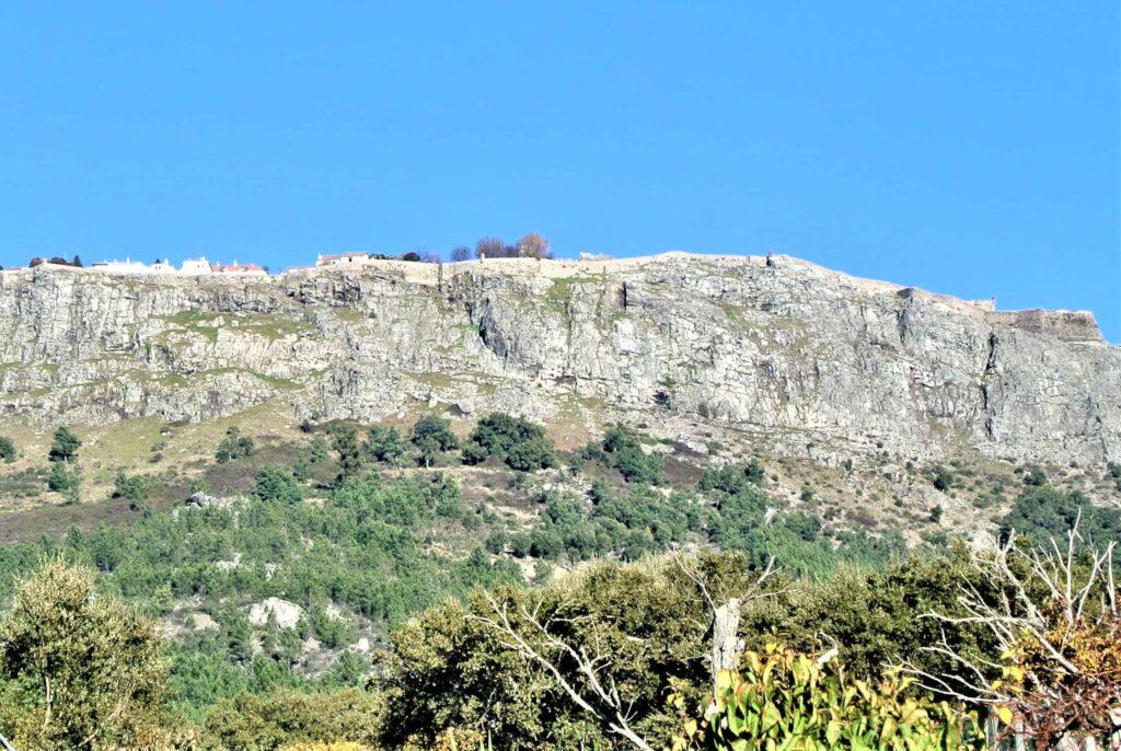 岩山の上に小さく見えるマルヴァンの町