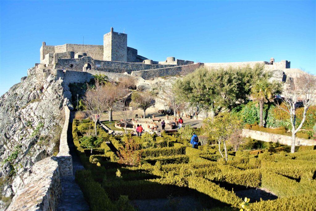 庭園とマルヴァン城