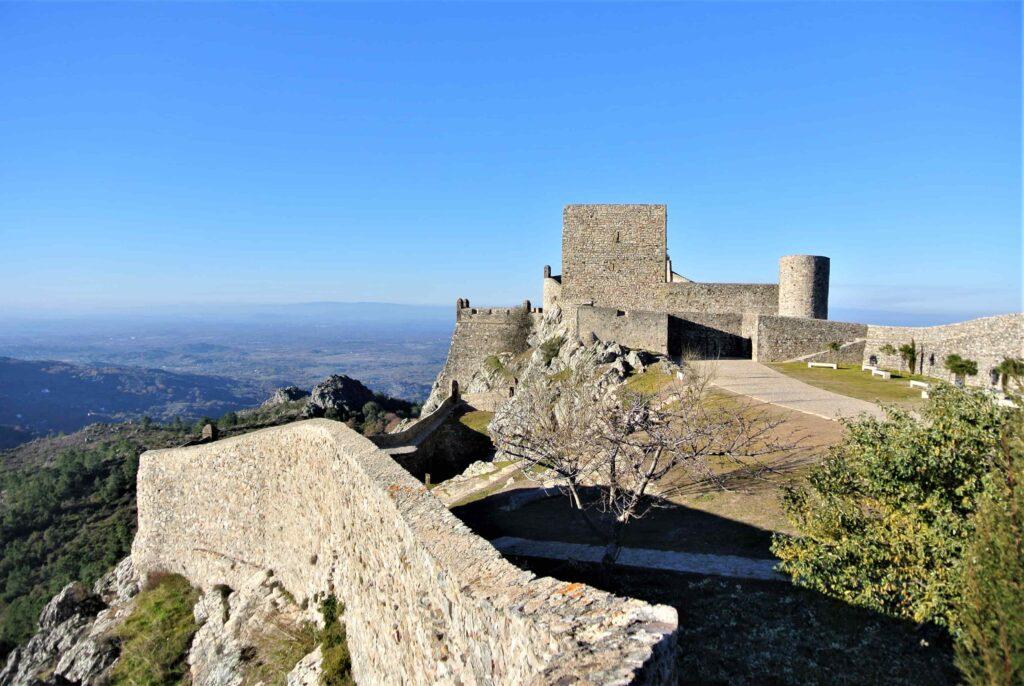 城壁とマルヴァン城
