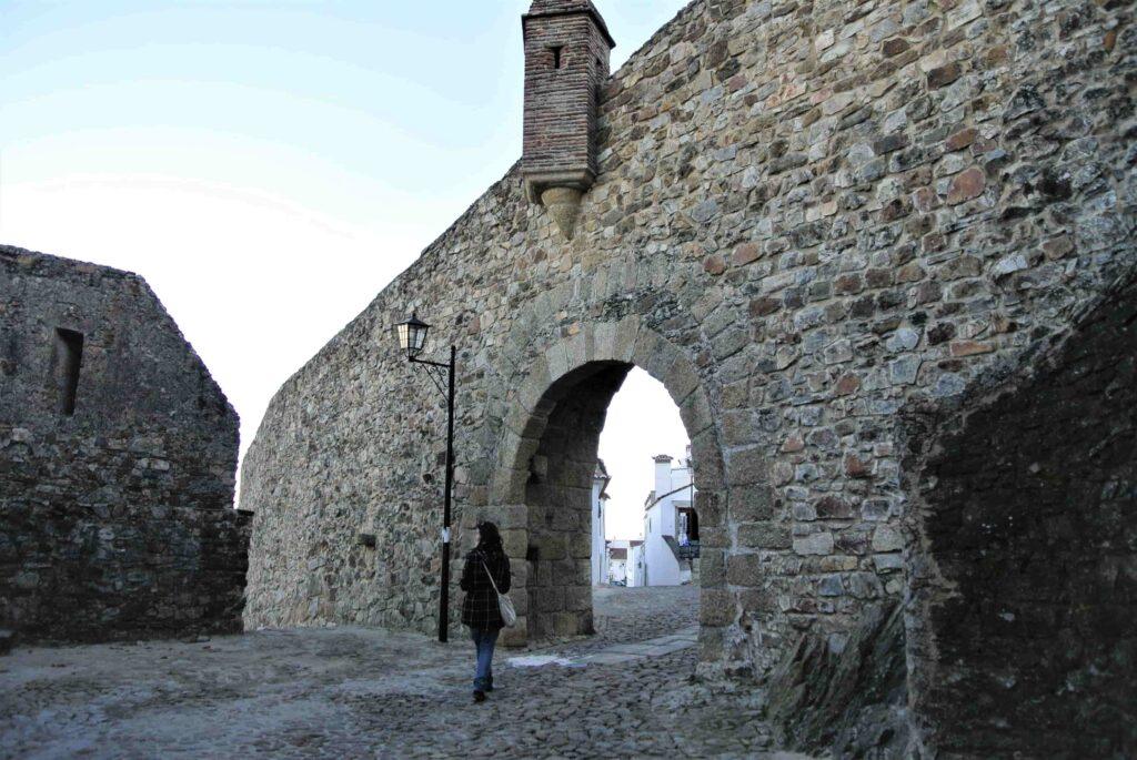 城壁の下部がくり抜かれたマルヴァン市街入口