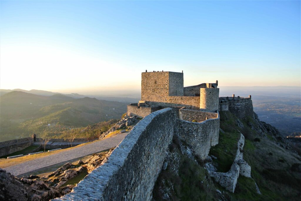 城壁とマルヴァン城と夕日に染まる山々