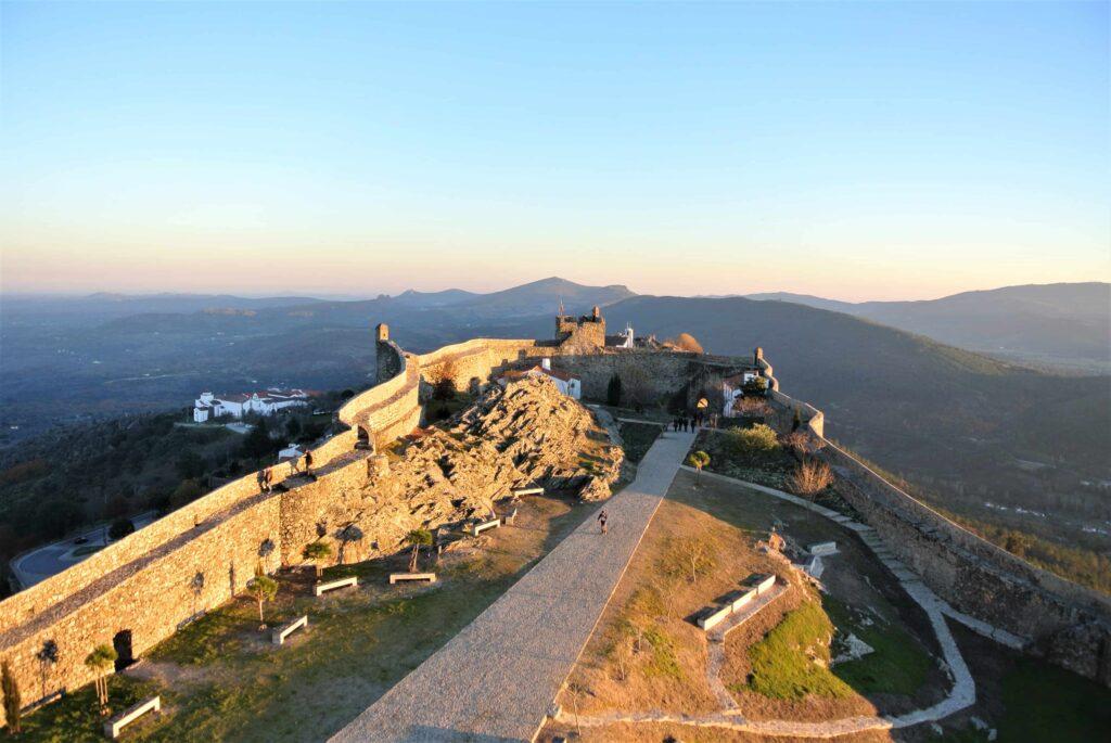 城の塔から望むマルヴァン城先端と山々