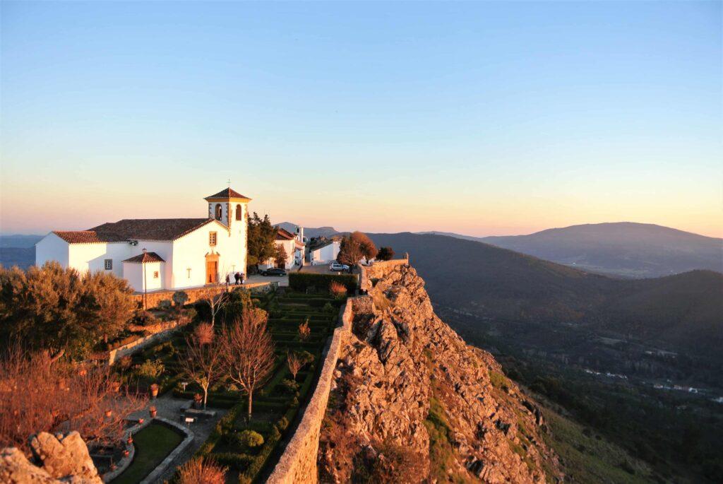 夕日が山の斜面とマルヴァンの町の家々を照らす