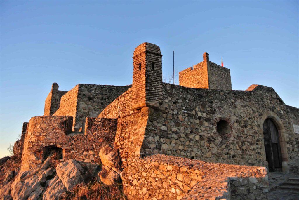 夕日に染まるマルヴァン城