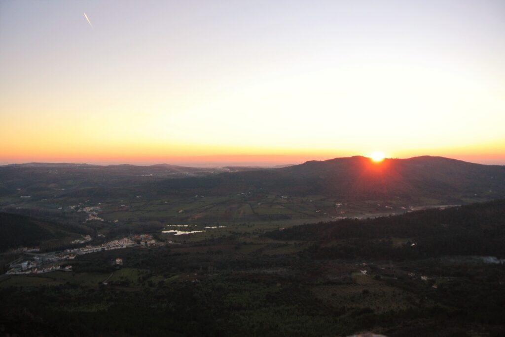 夕日が山に沈む