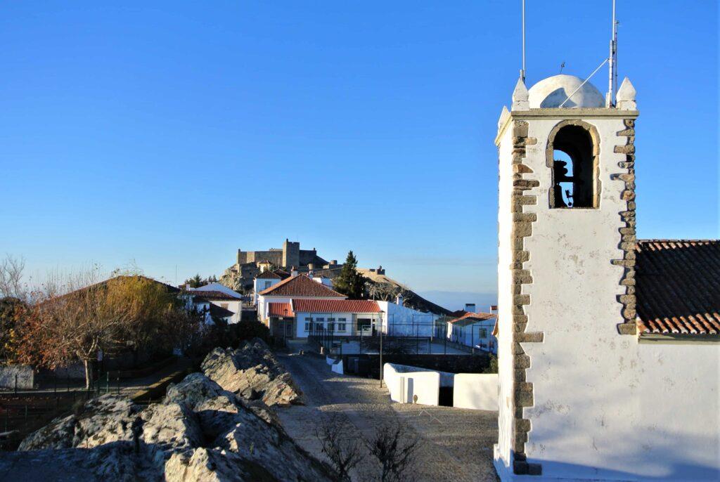 鐘楼の先に望むマルヴァン城